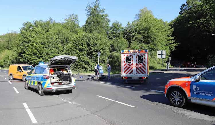 Photo of Motorradfahrer bei Zusammenstoß mit LKW schwer verletzt