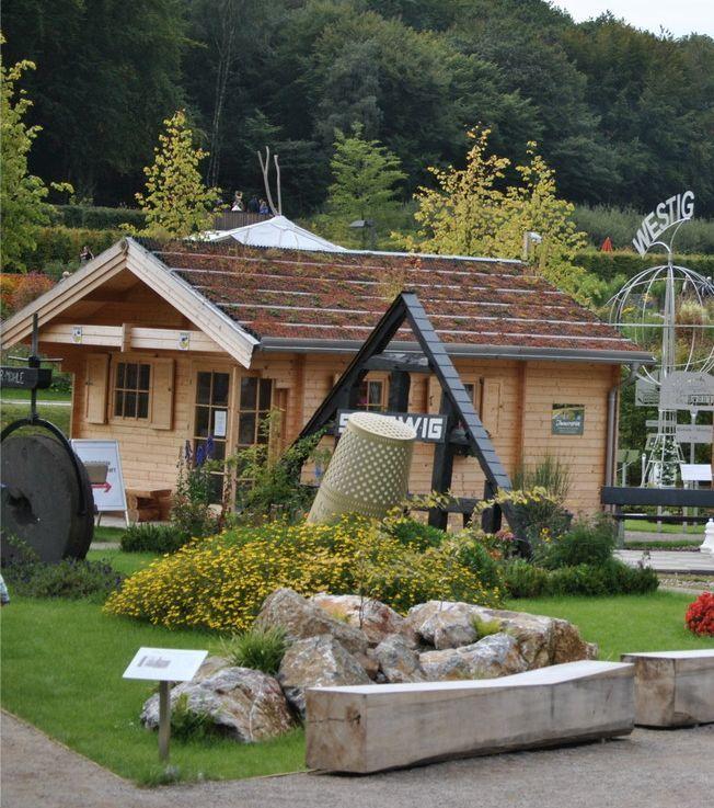 Ein Gartenhaus kann man vielseitig nutzen, ob für Feiern oder als Lagerraum für Gartengeräte.