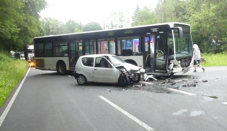 Photo of Frontalzusammenstoß zwischen Linienbus und Pkw