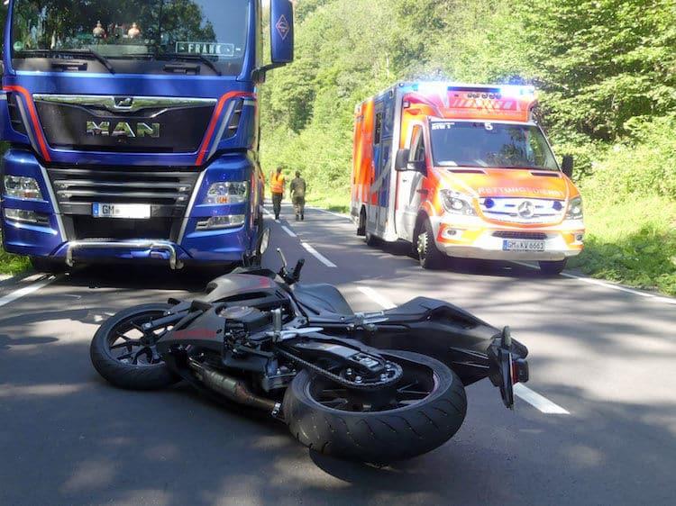 Photo of Unfall zwischen Motorrad und Sattelauflieger
