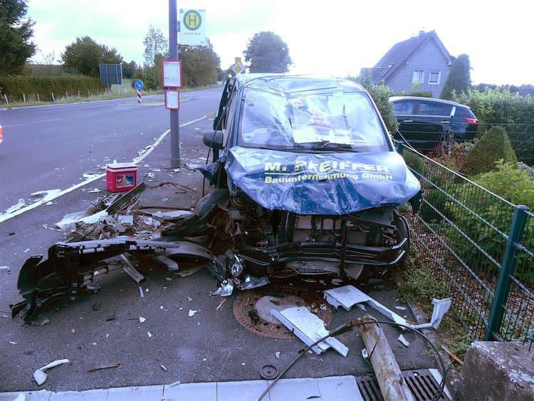 Photo of Fahrer eines Mercedes Vito verletzt sich leicht – Hoher Sachschaden