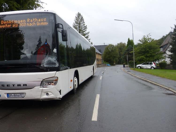 Photo of Verkehrsunfall zwischen Pkw und Linienbus