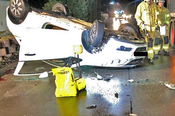 Photo of Opel fährt gegen geparkten Lkw und überschlägt sich