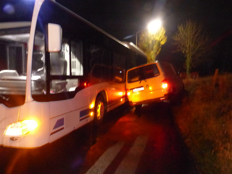 Bild von Transporter in Rhein gegen Bus gekippt