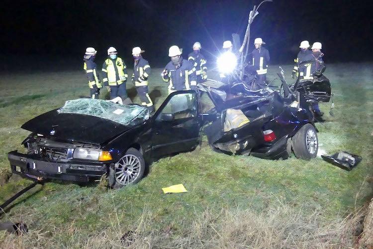 Bild von K13: BMW bei Verkehrsunfall in zwei Teile zerrissen
