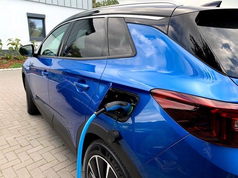 Im Jahr 2020 wurden in Deutschland mehr als 560.000 E-Autos angemeldet.