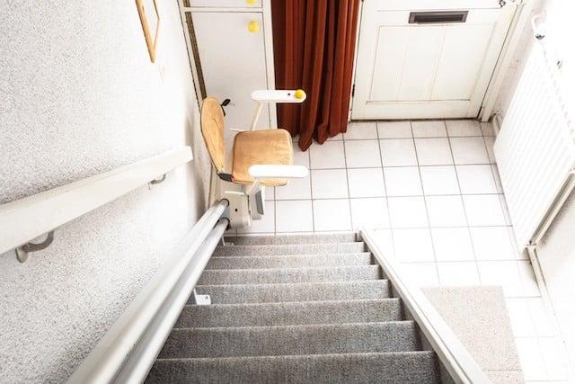 Ein Treppenlift leistet zum Thema Barrierefreiheit gute Dienste.