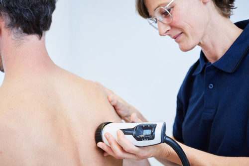 Eine Stoßwellentherapie bietet sich sowohl bei orthopädischen Problemen als auch bei Schmerzen aufgrund von Verspannungen an.