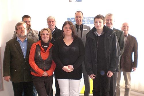 Nach der Auszeichnung: Gruppenfoto von den Prüflingen und Ausbildungsverantwortlichen des CJD, sowie IHK und Arbeitsagentur.