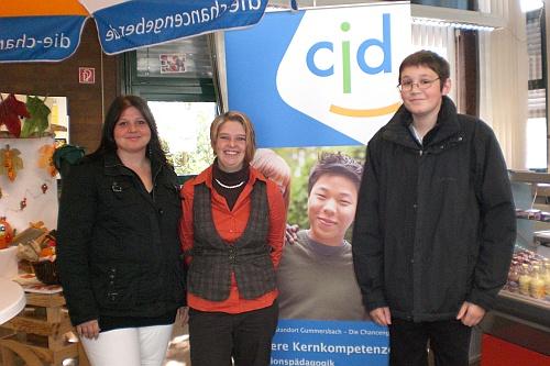Vor der Ehrung der Prüfungsbesten im CJD Gummersbach. Drei der 5 Prüfungsbesten. (in der Mitte: Bianca Schuster)