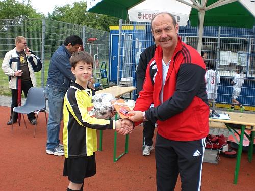 Lukas Rüsche freute sich über seinen ersten Platz. Von Eckehard Demmer erhielt er ein Präsent und die besten Wünsche für die Zukunft.
