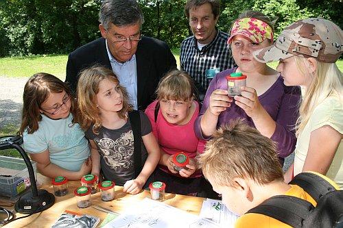 """Schülerinnen und Schüler der Gemeinschaftsgrundschule Dieringhausen nahmen an den ersten """"Bunte-Umwelt-Erlebnisspielen"""" teil und begutachteten mit Landrat Hagen Jobi Tiere im Boden und im Kompost. (Foto: OBK)"""
