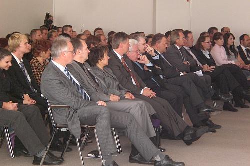 Volles Haus bei der IHK Gummersbach - Persönlichkeiten aus Politik und Wirtschaft, sowie Eltern - Ausbilder und Lehrer waren zur Würdigung erschienen.