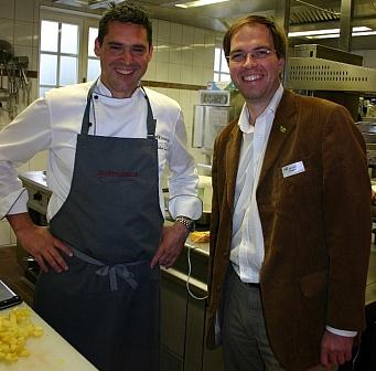 Mühlenhelle-Küchenchef Michael Quendler und Hendrik Pilatzki von den Wirtschaftsjunioren freuten sich über den großartigen Spendenerfolg.